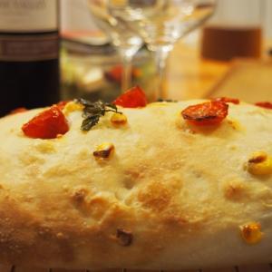 夏の終わりのミニトマトととうもろこしでフォカッチャを作ります。セミドライトマトに加工します