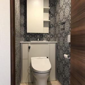 トイレは壁紙で異空間になります♪