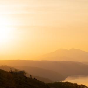 昇った太陽が風景に陰影を作り出す瞬間!
