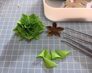 折り紙でクリスマスリース(製作中)