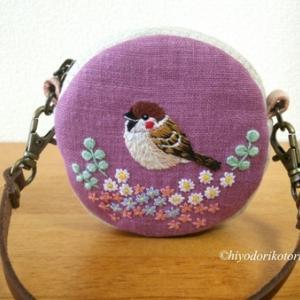 雀と小花の手刺繍まるポーチ