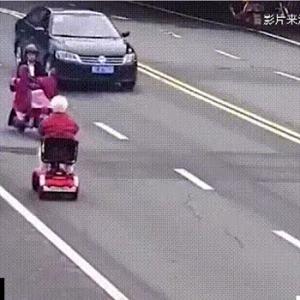 おばあちゃん 無茶な運転でバイクをなぎ倒す