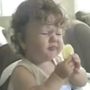 【炎上】赤ちゃんに無理やり○○を食べさせる鬼畜母