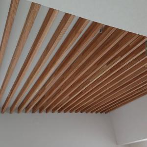 大工工事のラストはルーバー天井。インプラスや室内干しも付いた!