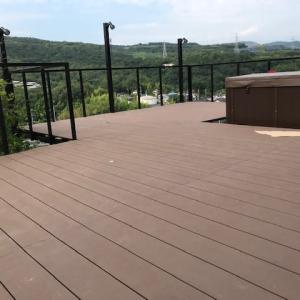 近所のウッドデッキ  Wood-deck of our neighbor