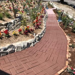 歩道をレンガ模様に  Brick-like looking walk path