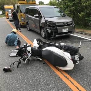 バイクが私の車に衝突  Motorcycle collided against my car