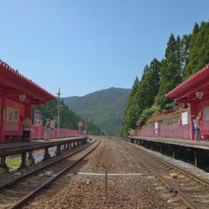 恋山形駅 ~恋愛にフォーカスしたピンクの駅舎~