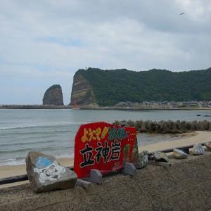 立神岩(島根県)~駅前の海岸から見える大迫力の海蝕崖~
