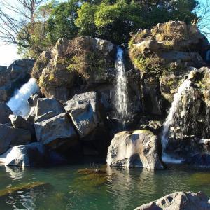 鮎壺の滝 【溶岩石から吹き出す水の奔流】