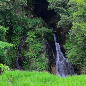 島根県邑南町の鳴滝 ~県道脇から観賞できる滝~