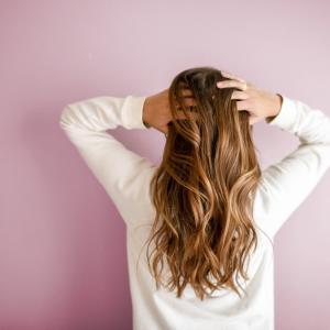生まれつき髪の毛が細くて柔らかい女の悩み解決法!【猫っ毛】