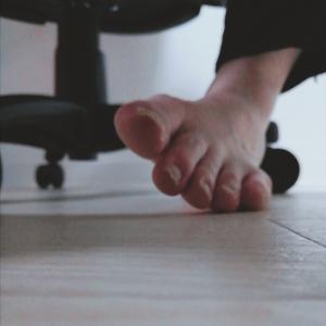 足の小指、靴を履いてないのに痛い