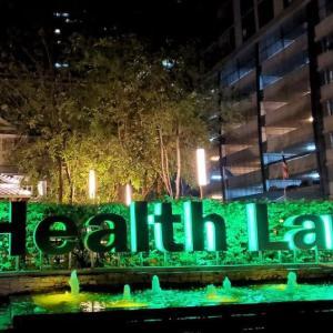 バンコクの「ヘルス ランド」でタイマッサージを受け、夜の街に繰り出す