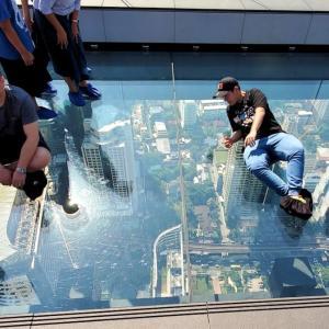 マハナコーンタワー展望台で、眼下が見える透明なガラスの上を歩く