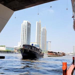 バンコク市民の足となっているチャオプラヤー川を渡る船に乗り込む