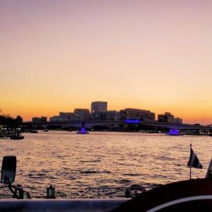 カオスなカオサン通りを楽しみ、夕暮れのチャオプラヤー川をクルーズ