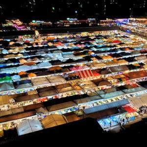 テントの色がフォトジェニックな屋台が数多く並ぶラチャダー鉄道市場