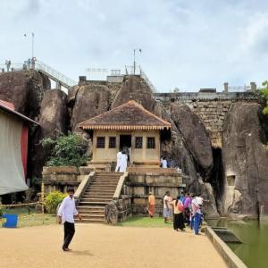 古都アヌラーダプラのイスルムニヤ精舎でスリランカの仏教歴史を学ぶ