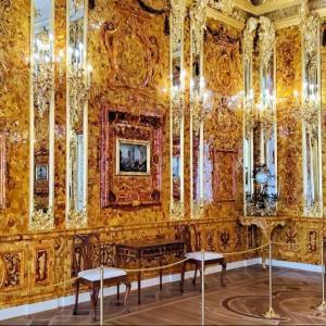 エカテリーナ宮殿内でも最も豪華な部屋「琥珀の間」を独り占め!