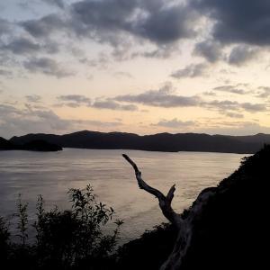 薄暗くなったマネン崎展望台から眺める、加計呂麻島とハート湾【奄美大島旅行記㊴】