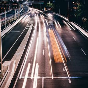 女性、高速の右側をずっと走っていると違反だと言うことを全く知らない模様