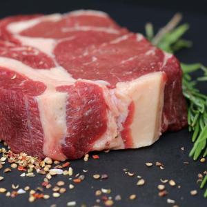 ステーキ「強火で肉汁を閉じ込めるんや」「網で油を落とすんや」