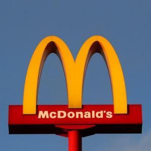 【画像】マクドナルドさん、ドナルドとか変なハンバーガーのキャラさん消える