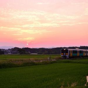 ラッピング列車と川東の夕陽