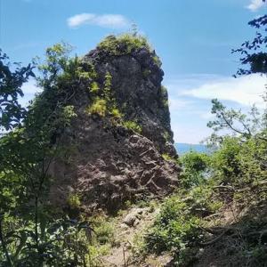 トンビ岩|日野山の牧谷越の峠・萱谷コースにある岩の伝承【福井】