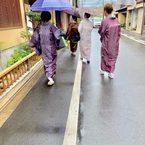 【着物の雨コートの作り方】丈や生地は大丈夫?仕立ての違いで着痩せ効果も
