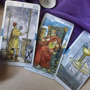【タロット占い】カップのペイジは恋愛の始まり?カードの意味や解釈を解説!