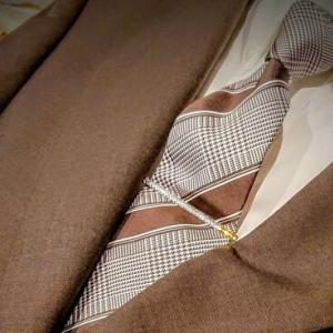 茶系のジャケットに合わせるネクタイ