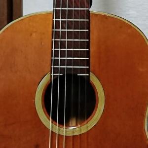 クラシックギターの弦高を弦止めチップを使って下げる