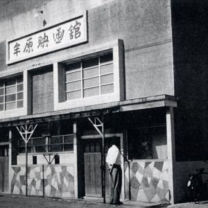 串川の劇場前