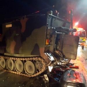 ◇装甲車でペッチャンコの追突事故 反応アリ