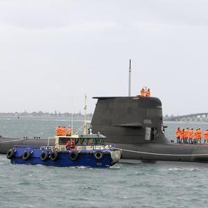 ◇韓国海軍の214型潜水艦が故障でタグボートで曳かれて帰港する