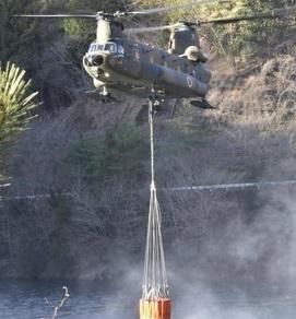 山火事の消火に当たるCH-47チヌークの様子