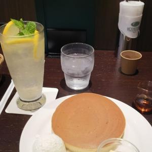 カフェでホットケーキとレモネード