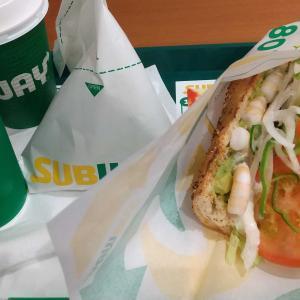 サブウェイの野菜増量えびアボカドで昼食