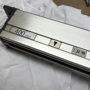 研磨機の古い1μmスケールをAT102に交換