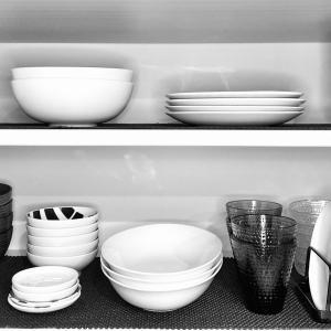 ゆるミニマリストが家族と愛用している食器&コンパクトハウスの食器棚を公開