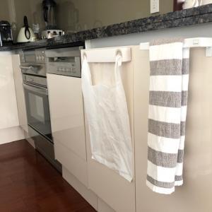 キッチン~シンク扉に簡単取り付けのタオルハンガー