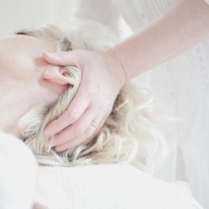 【頭皮ケア】頭皮が凝り固まっていると顔がたるむ原因に?頭皮マッサージでアンチエイジング