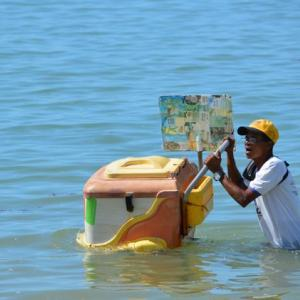 ポルトガル人が初めて上陸した海岸で「アイスクリーム」を喰らふ...人を眺める...