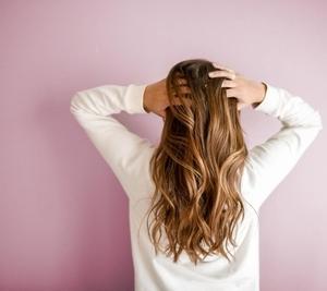 加齢のせいで髪がパサパサすぎる「原因」と「解消する方法」