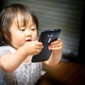スマホで子守をすると子どもの動作や会話に影響が!?