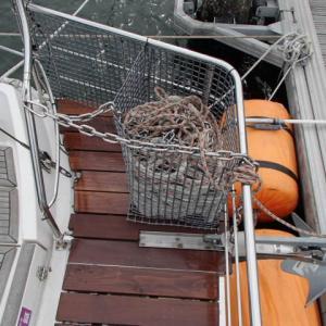 船尾アンカーローラー変更と天井穴復旧