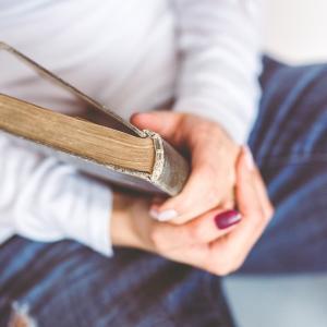 フリマアプリで賢く本を手放す方法!本を手放す心構えとメリットについての考察