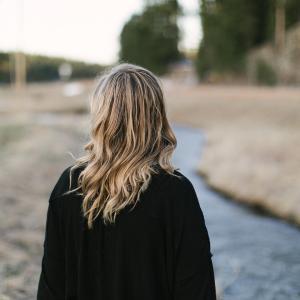 髪のボリュームが気になりだしたら?髪や頭皮を若返らせる方法とは?